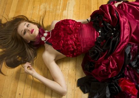 人間 人物 ポートレート ポートレイト 女性 ロングヘア 外国人 外国の女性 外国人女性 ブロンド 金髪  赤いドレス 赤ドレス バラドレス 貴婦人 ゴシック アメリカンスリーブ 肩出し  ネックレス アクセサリー 首飾り 寝る 横になる 倒れる 腰に手 見つめる 室内 屋内 フローリング セクシー 色気 mdff098