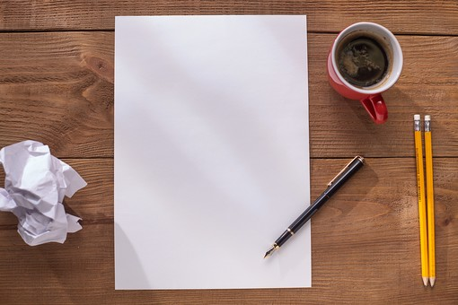屋内 無人 俯瞰 ハイアングル 机 デスク テーブル 木目 用紙 紙くず 紙屑 文具 ステーショナリー 白 紙 白紙 余白 スペース 1枚 小物 万年筆 鉛筆 えんぴつ 筆記用具 1本 3本 2本 黒 黄 机上 ゴミ  コーヒー 飲物 飲み物 カップ マグカップ
