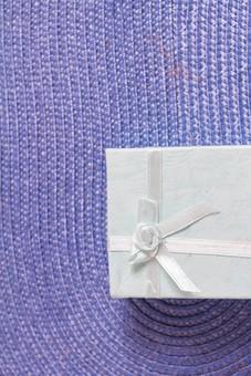 プレゼント 贈り物 水玉 ドット リボン 白 ホワイト ギフト 贈答品 マット 高級感 花 光沢 輝き 印象的 贈呈品 おくり物 1個 ブルー 青 箱 屋内 人物なし 物撮り 包装紙 紙 置く