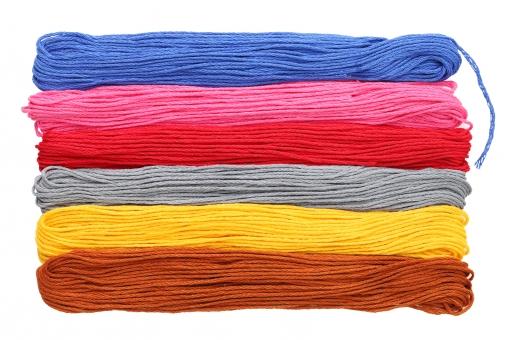 糸 紐 手芸 裁縫 裁縫糸 刺繍糸 木綿糸 木綿 工芸 繊維 縫う 縫製 縫製材料 色 カラフル 素材 材料 刺繍 綿 趣味 白 背景 模様 質感 テクスチャ アップ スタジオ撮影 並ぶ 赤 赤色 黄色 緑色 青 青色 ピンク色 ピンク