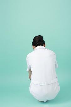 人物 女性 日本人 20代 30代   仕事 職業 医療 病院 看護師  ナース 医者 医師 女医 薬剤師  白衣 看護 屋内 スタジオ撮影 背景  グリーンバック おすすめ ポーズ 全身 座る しゃがむ 後姿 後ろ姿 後向き 背中 落ち込む しょんぼり mdjf010