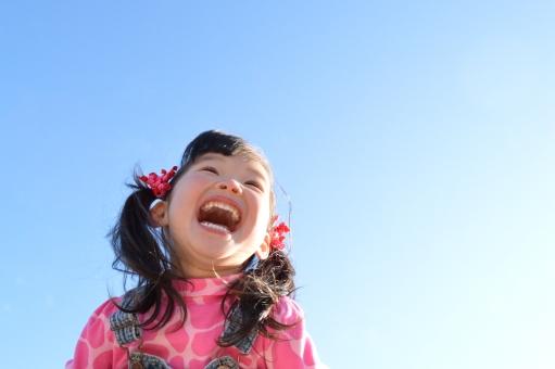 子供 2歳 青空 女の子 笑顔 楽しい 元気 冬