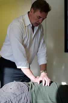 人物 男性 外国人 アメリカ人 カイロプラクター 施術者 ドクター カイロプラクティック 整体療法 医療 民間療法 代替医療 治療院 施術院 治療室 施術室 患者 治療中 診察中 診断中 治す 施す 矯正 自然治癒力 回復 リラックス mdjms008