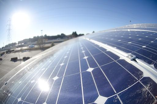 ソーラー ソーラーパネル 青空 空 晴れ 晴天 天気 エコ 環境 電気 電力 自然 オール電化 太陽電池 発電 太陽光 光 節電 節約 熱 エネルギー クリーン 日光 建物 ブルー スカイブルー 風景 反射 広角