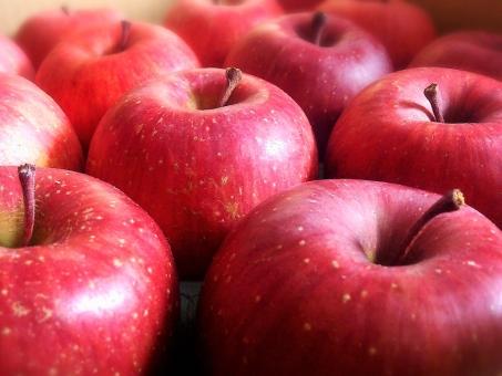 リンゴ りんご 林檎 食べ物 果物 フルーツ 冬 美容 健康 食物繊維 医者 カゼ かぜ 風邪 食欲 赤 テクスチャ 背景 果実 くだもの 旬 おいしい 美味しい 季節 産地 朝食 夜食 夕食 昼食 お弁当