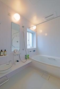 浴室 ユニットバス 風呂場 住宅 建築 住まい リフォーム 家 インテリア 設備 風呂 建物 不動産 バス 入浴 ピンク 白 縦位置 余白 女性 洗面 脱衣 シャワー カラス ガラス 鏡 湯 給湯 リラックス