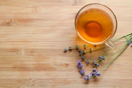 ラベンダー ハーブティー 紅茶 グラス ドリンク ハーブ 花 アロマ ティータイム 板 木製 切り花 背景 ナチュラル