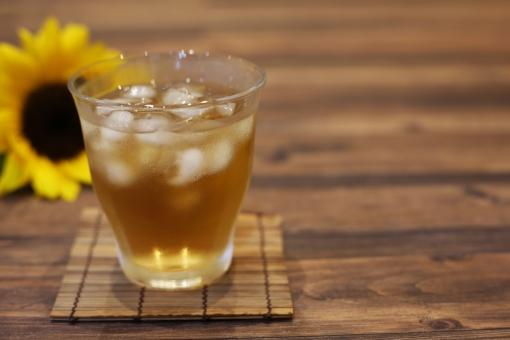 夏のイメージ 夏 真夏 麦茶 向日葵 植物 お茶 黄色 ひまわり ヒマワリ 飲物 コピースペース 冷たい 夏イメージ グラス 冷茶 和 飲み物 氷 花 夏の花