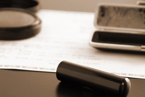 契約書 印鑑 ハンコ 実印 判子 朱肉 ビジネス 締結する 決定 承認 申込む 購入する 契約する 成立する 記載事項 認める 認証する 保証人 証明する 法律 法令 パートナーシップ 顧客 営業マン 家庭 家族 夫婦 詐欺 悪徳商法 不正