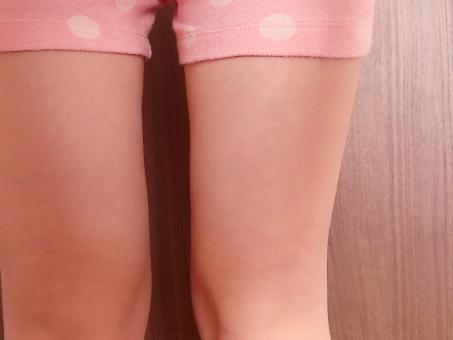太腿 太もも 太股 ふともも 脚 あし 足 ヒザ 膝 ひざ ボディパーツ 女性 日本人 若い 健康 美容 ダイエット 脂肪 スキンケア 保湿 素肌 素足 裸足 肌 短パン カロリー スキンケア 保湿 脱毛 体重