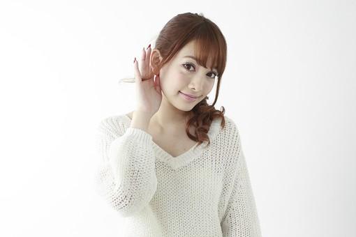 人物 女性 日本人 若い 20代   セーター ニット カジュアル モデル かわいい   キュート ポーズ おすすめ 屋内 白バック   白背景 上半身 仕草 耳 耳を澄ます 聞く 聴く 音 笑顔 表情 片手 片方 mdjf005