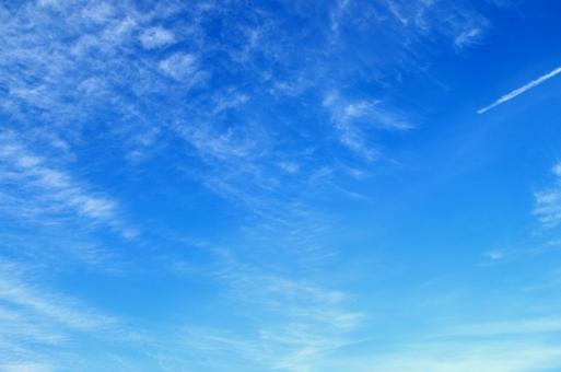 秋空と飛行機雲の写真