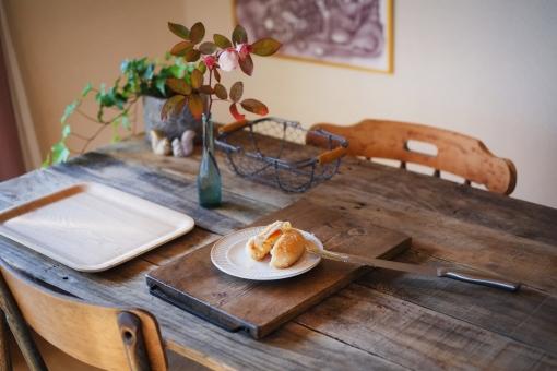 ころっけ コロッケ croquette 揚げ物 あげもの 揚げもの アゲモノ 卵 たまご タマゴ ゆで卵 エッグベネディクト eggsbenedict 料理 手作りコロッケ 調理 切る パン切り包丁 ゆでたまご 机 食卓 ダイニングテーブル 椅子 diningtable homemade まな板 洋食 黄身 イス 一輪挿し 観葉植物