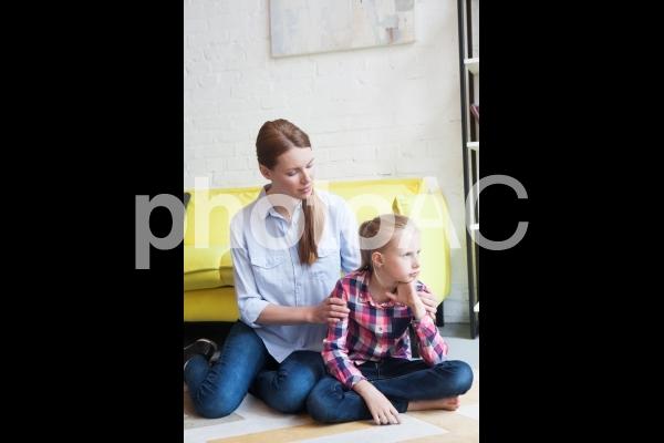 娘をなぐさめるお母さん3の写真