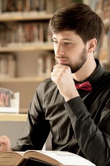 本 ブック 書物 書籍 図書 読書 読む 趣味 勉強 人物 男性 男 外国人 若い 若者 髭 20代 上半身 顎 手 考える 考え込む 俯く ページ 捲る めくる 開く 接写 クローズアップ 横顔 図書館 図書室 本棚 書棚 mdfm079