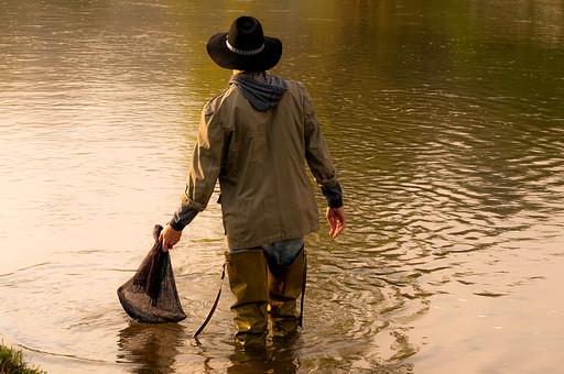 川釣り 河 川 桟橋 木 釣り フィッシング フライフィッシング 魚 釣り人 フィッシャーマン 趣味 ホビー 釣った魚 釣果 獲物 ニジマス 川魚 結果 吊り下げる 入れる 網 ネット 投げ釣り キャスティング 水面 川の上 河の上 河の中 川の中 夕方 夕日 黄昏 男性 立つ 持つ 持ち上げる つける