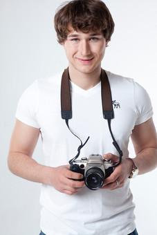 カメラマン 写真家 記者 カメラ 写真機 男性 おとこ 男 外国人 青年 一眼レフ レンズ シャッター ストラップ 腕時計 指輪 リング 上半身 微笑 立つ 持つ 構える ぶら下げる 持ち上げる 写真 撮影 取材 報道 スクープ パパラッチ スタンバイ 旅行 室内 屋内 白背景 白バック mdfm082