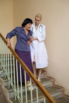 室内 屋内 階段 外国人 老人 高齢者 女性 おばあさん おばあちゃん 患者 女医 白人 金髪 白衣 医師 医者 スカート 下りる 介助 介護 手助け 助ける 手伝う 手を引く 寄り添う 手すり 全身 mdfs016 mdff142