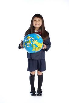 人物 子供 こども 女の子 女児 児童 少女 小学生 入学式 進級 進学 入学 学校 新入学 制服 私立 礼服 正装 ランドセル 通学 転校 留学 引っ越し グローバル 世界 国際交流 環境 地球儀 スタジオ撮影 白背景 白バック 日本人  mdfk021
