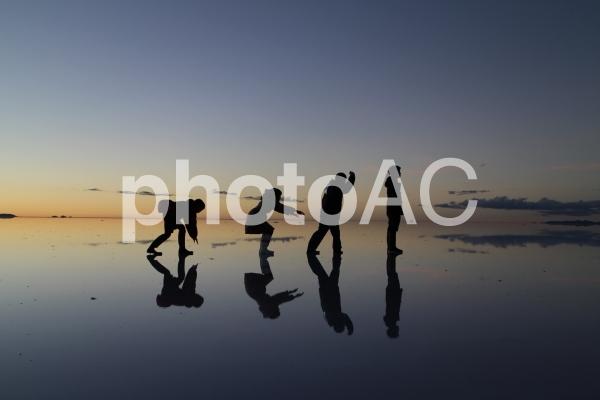 ウユニ塩湖でトリックアート8の写真
