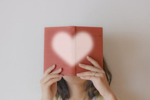 本 想像力 書籍 思考 考え reading 読解力 読解 読む 頭 頭脳 理解 理解力 女性 ハート 好き 趣味 没頭