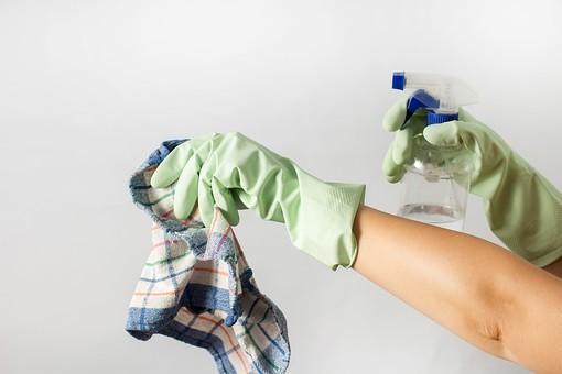 白バック 拭く 家事 掃除 料理 家庭  赤 ゴム手袋 黄緑 タオル ふきん チェック 青 赤 オレンジ 橙 両手 摘まむ 掴む 持つ 持ち上げる 霧吹き スプレー 水 液体 洗剤 濡らす 湿らせる