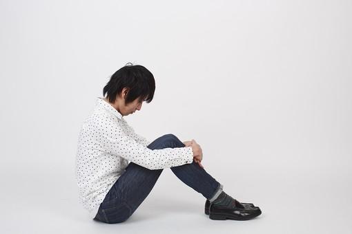 人物 男性 日本人 モデル 若者   若い 青年 20代 大学生 学生   私服 カジュアル シャツ ポーズ スタジオ   白バック 白背景 全身 座る 膝を抱える 横向き 俯く 下を向く うなだれる 落ち込む しょんぼり 憂鬱 孤独 考える mdjm006