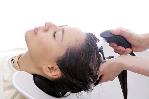 人物 女性 日本人 若い 若者  20代 お客 モデル カットモデル 美容室  美容院 ヘアーサロン  仕事 職業 美容師  屋内 お店 店内 ヘアカット ヘアセット セミロング  美容 ビューティー おしゃれ オシャレ ケープ  シャンプー台 洗髪 洗う 洗い流す 髪の毛 シャンプー 顔 アップ 横顔 mdjf003