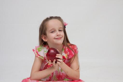 人物 こども 子供 女の子 少女  外国人 外人 キッズモデル あどけない かわいい   屋内 スタジオ撮影 白バック 白背景 長髪  ロングヘア ポートレイト ポートレート 表情 ポーズ ワンピース 果物 フルーツ リンゴ りんご 林檎 アップル 持つ 笑顔 スマイル 上半身 mdfk016