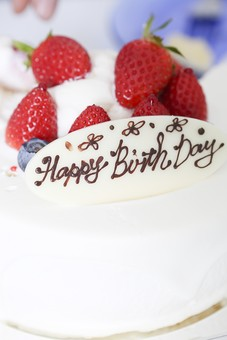 食べ物 ケーキ バースデー 誕生日 バースデーケーキ 誕生日ケーキ お祝い 祝う デコレーション 生クリーム ホイップクリーム イチゴ いちご ストロベリー プレート happy birthday メッセージ クローズアップ マクロ 接写 かわいい シンプル パーティー 美味しい 甘い