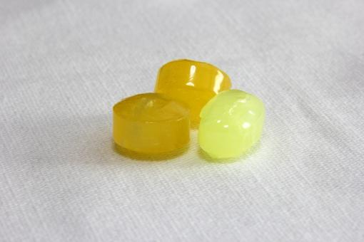 のど 飴 アメ のどあめ ノドアメ あめ 冬 ノド 喉 喉の痛み イガイガ 乾燥 予防 健康 なめる おやつ うるおい ケア 黄色 黄 甘い 潤い 粒 一粒 カゼ 風邪 防止