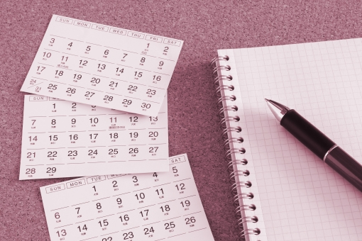 カレンダー ペン 暦 月間 一ヶ月 四半期 ビジネス 予定 計画 プラン スケジュール 企画 日程 シフト 業務 稼動日 休み 休日 休暇 休息 休業 営業 営業日 素材 背景 プロセス 日時 日にち 日付け データ