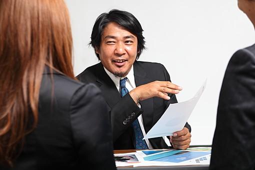 人物 日本人 男性 女性 サラリーマン  OL 20代 40代 若者 上司  部下 屋内 白バック 白背景 会社  オフィス 3人 複数 ビジネスマン 会議 ミーティング 打ち合わせ 意見 聞く 尋ねる シビアな 報告 オーバーリアクション mdjm010