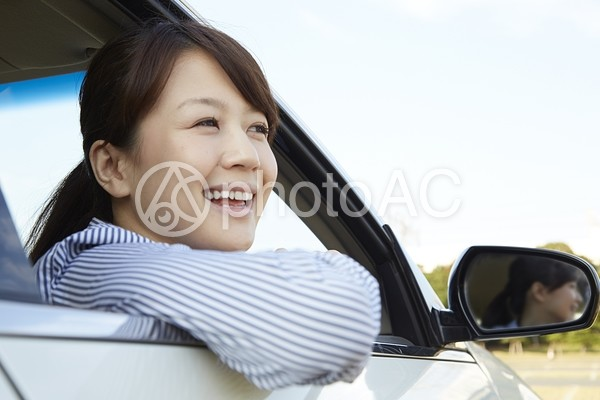 自動車の窓から顔を出す女性4の写真