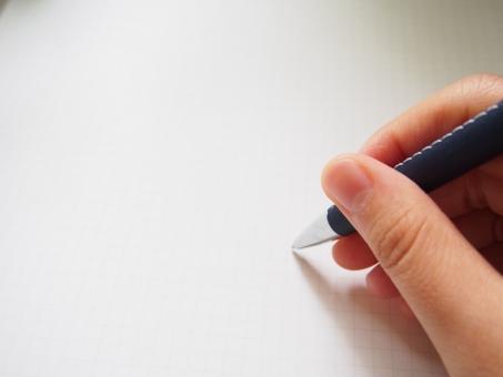 ペンを持つ手の写真
