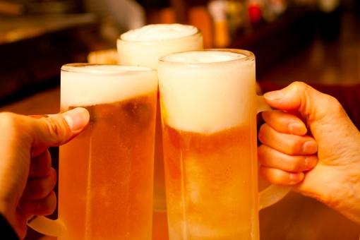 手 うれしい グラス アルコール 酒 ビール 泡 乾杯 ジョッキ カウンター 金 3人 幸せ 3 宴会 居酒屋 飲み会 仕事帰り 旨い 至福 忘年会 新年会 送別会 少人数 のど越し とりあえず 壮行会 カチン