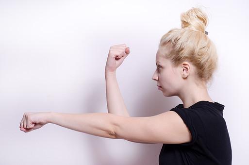 フィットネス写真 人物 1人 外国人 白人 セルビア人 女性 大人 若い 金髪 スポーツ フィットネス エクササイズ 体操 運動 トレーニング シェイプアップ ダイエット 引き締め ヨガ ピラティス 屋内 スタジオ ジム クラブ 美 美容 健康 ボディ スリム 脂肪 筋肉 筋トレ ストレッチ 腕 Tシャツ 上半身 屈伸 横向き 横顔 mdff014