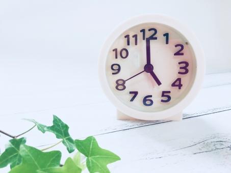 5時を指す時計の写真