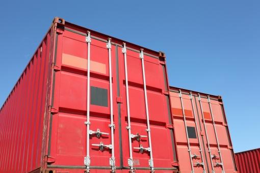 コンテナ コンテナヤード コンテナターミナル 赤 赤色 扉 空 青空 晴れ 快晴 質感 ビジネス 輸出 輸入 輸出入 荷物 貨物 輸送 運輸 運輸業 物流 流通 運搬 物資 産業 経済 工場 港 埠頭 船荷 積荷 鉄 スチール 積む 運ぶ 貿易 金属 屋外 余白 アップ