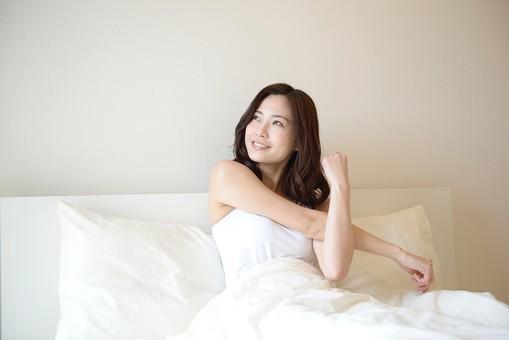 日本人 女性 女 30代 アラサー ライフスタイル 部屋 ベッドルーム 寝室 室内 ポーズ キャミ キャミソール 部屋着 ナチュラル ミディアムヘア ベッド 布団 寝起き 朝 モーニング 目覚め 健康 健康的 すっきり スッキリ 爽やか さわやか 腕 伸ばす 二の腕 ストレッチ 体操 笑顔 スマイル  起床 起きる mdjf013