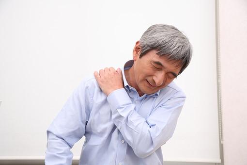 シニア 老人 おじいちゃん 中年 おじいさん 男性 肩凝り 肩 揉む もむ ほぐす 痛み 障害 悩み 苦痛 加齢 慢性 関節痛 血行不良 血行 人物 日本人 60代 肩こり 疲労 疲れ mdjm013