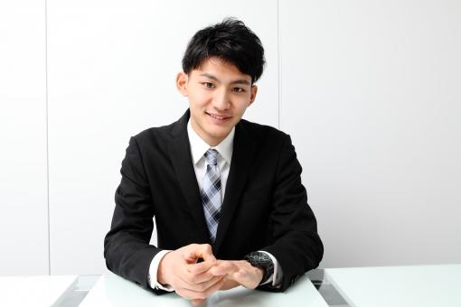 人物 生物 人間 男性 若い 青年 アジア アジア人 日本 日本人 オフィス  仕事 ビジネス ビジネスマン 職業 スーツ フォーマル 会社 働く 座る デスク 正面 微笑む 笑顔 休憩 mdjm002
