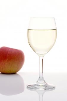 ワイン 酒 お酒 アルコール 飲み物 白ワイン ロゼ ワイングラス ホワイト コップ グラス 果実酒 白 果物 フルーツ 果実 リンゴ りんご 林檎 ガラス 無人 背景 白バック 白背景 スタジオ スタジオ撮影