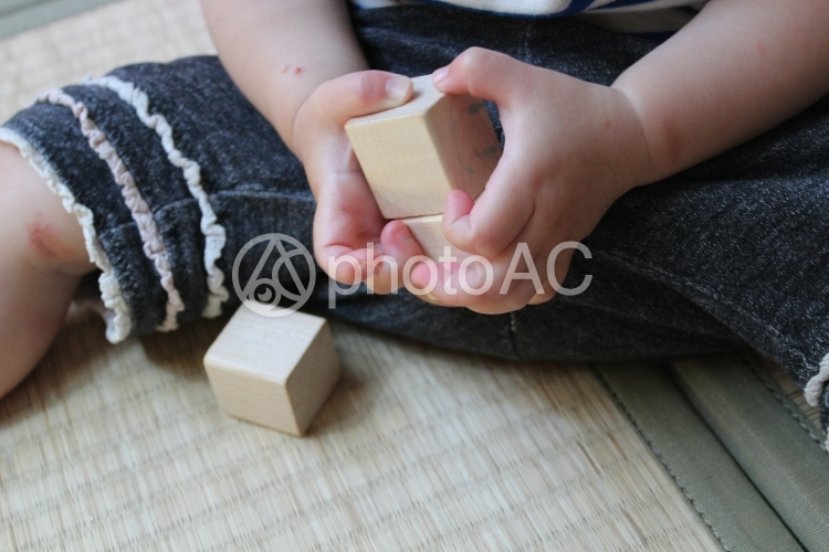 積み木を持つ赤ちゃんの写真