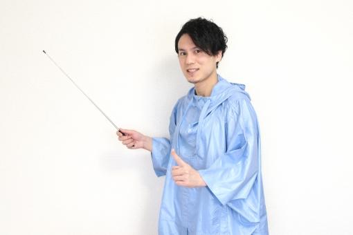指示棒を持ちレクチャーをする人の写真