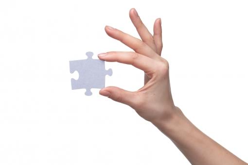 パズル ジグソー ジグソーパズル パズルピース ピース グレー 無地 手 片手 右手 親指 人差し指 中指 薬指 小指 手の甲 手首 素手 素肌 つかむ はさむ 持つ 握る 遊ぶ 拾う 一片 欠片 かけら おもちゃ 玩具 ゲーム 工作 ハンドポーズ ポーズ ハンドパーツ パーツ 白バック 白背景