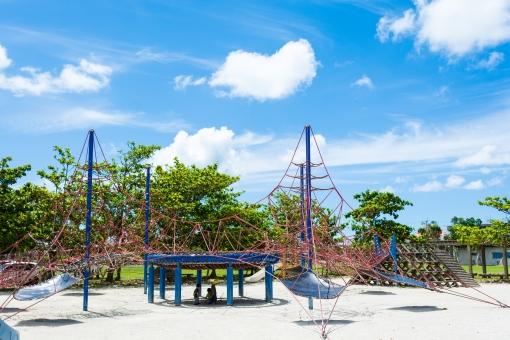 親水公園 ロープ 公園 砂場 豊見城市 子供 楽しい アスレチック トランポリン 屋外 パーク 木 爽快 遊具 遊ぶ 日陰 跳ねる