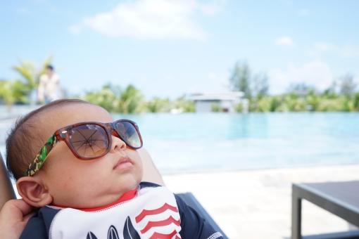 赤ちゃんとプールの写真