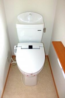 トイレ 便器 レストルーム 化粧室 内装 インテリア ハウジング 家 住居 住宅 白い壁 水洗トイレ 洋式トイレ シャワートイレ 水回り 風景 景色 個室 建物 建造物 建築 建築物