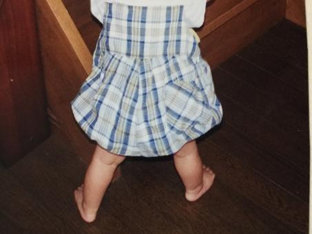 よろよろ ヨタヨタ しっかり タッチ 立っち たっち 赤ん坊 乳幼児 子供 ママ お母さん 親子 親心 生後 1歳 1才 発達 個人差 能力 身体 喜び 家族 ひとりっ子 ハイハイ 危険 危ない 事故 防ぐ 家庭 家庭内 防止 予防